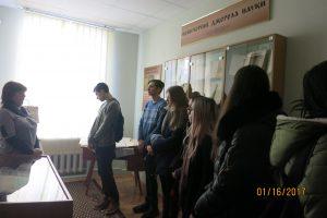 О. Б. Бондарчук, в.о. завідувача відділу наукової організації та зберігання фонду знайомить студентів із експозицією кімнати-музею рідкісної книги